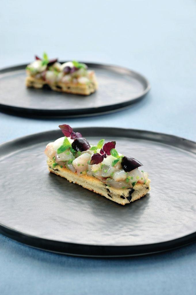 Tartaar van zeebaars op biscuit geserveerd http://www.njam.tv/recepten/tartaar-van-zeebaars-op-biscuit-geserveerd