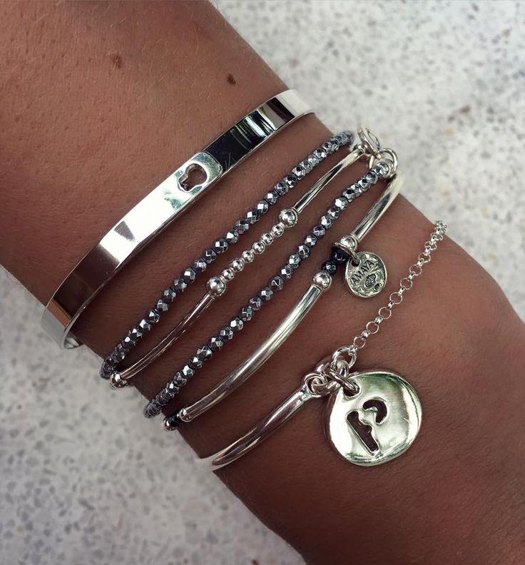 Composition de bracelets argent et hématites - L'Atelier d'Amaya #bijoux #initiale #hématite #jonc
