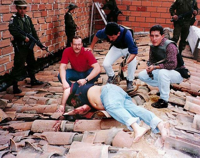 DEA Agent Steven Murphy posing with a dead Pablo Escobar. #GetYourKillsUpSon