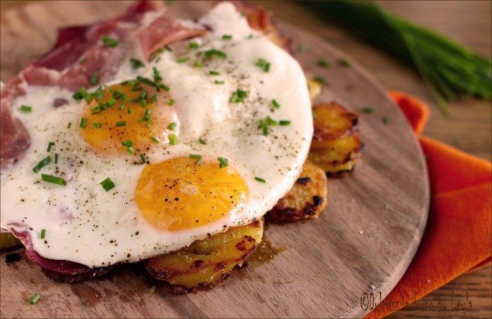 uova con speck e patate arrostite spiegeleier mit speck und Kartoffeln