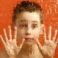 """Autizmus  Hétköznapi használatban autizmusnak nevezzük, a tudomány azonban autizmus spektrum zavarként emlegeti. Az autizmus spektrum zavar (ASD) egy olyan fejlődési zavar, mely az egész személyiségre kihat és egész életen át tartó """"állapotként"""" írható le. Ugyanakkor ez a megfogalmazás sem teljesen tökéletes, hiszen megfelelő, célzott segítségnyújtással a gyermekek állapota változtatható.  #autism #autizmus"""