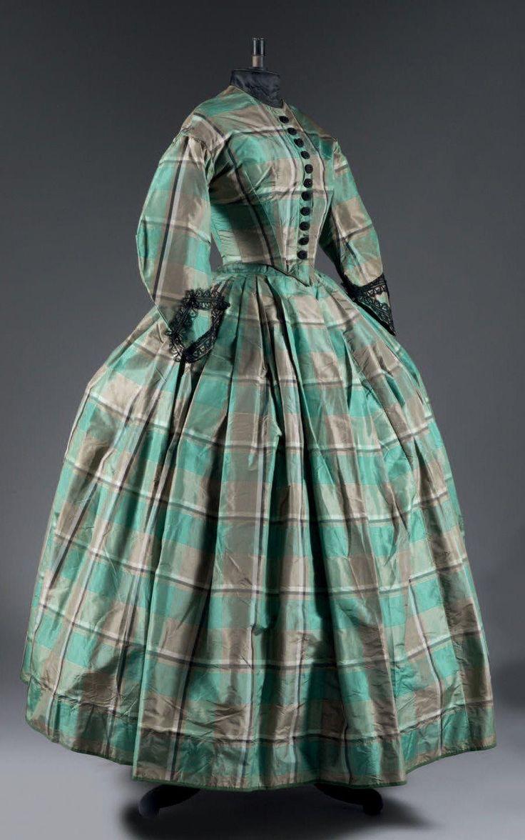 Robe de jour en taffetas écossais, époque Napoléon III, vers 1855. Soie «Tartan» vert et crème. Corsage baleiné et boutonné en passementerie de soie et jais noir. Manches pagodes souli-gnées, d'un fin galon en dentelle Chantilly. Jupe à plis plats