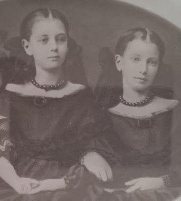 Hedda Leijonhufvud och hennes sytser Anna i unga år, vid den tid de blev moderslösa. Breven från himmelen