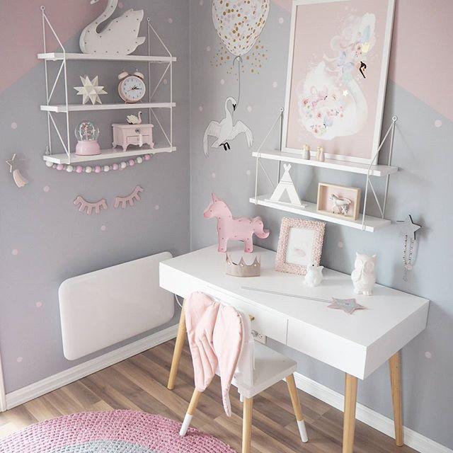 •☆ New details on Haley's room ☆• ♡Svanelampe & enhjørninglampe ➡ @raaliving  ♡Svanewallsticker ➡ @lillemegdesign_com  ♡Tipi-telt og små figurer ➡ @littlegrey.se  ♡Stjernestav & Prinsessekrone ➡ @lirumlarumleg ____________ #raaliving #svanelampe #enhjørninglampe #spons #lillemegdesign #swan #svanewallstickers #spons @carmell.no  #littlegreyse #tipitelt #perlegirlander #lirumlarumleg #numero74 #Prinsessekrone #stjernestav #barnerom #mittbarnerom #kinderzimmer #kinderkamer #kidsroom #ki...
