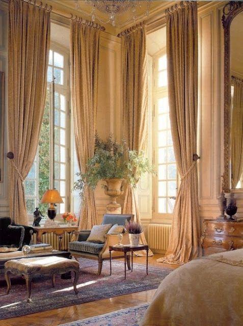 Decoración de gran estilo: Ventanas altas con cortinados de lujo.