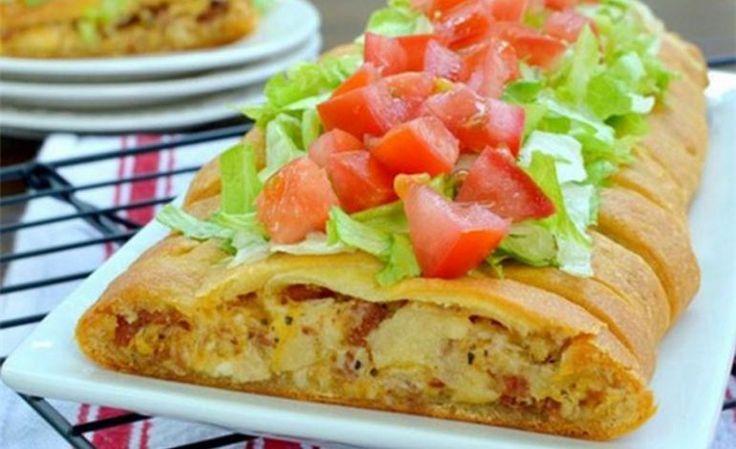 Σκεπαστή πίτσα με κοτόπουλο σε αφράτη ζύμη κρουασάν