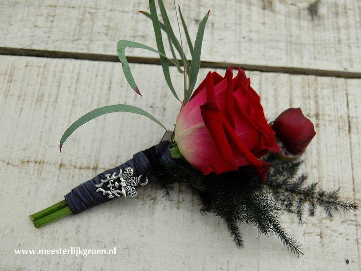 Rood-zwarte bruidegom corsage in 'Gothic style'. Rode roos en ranonkel. www.meesterlijkgroen.nl