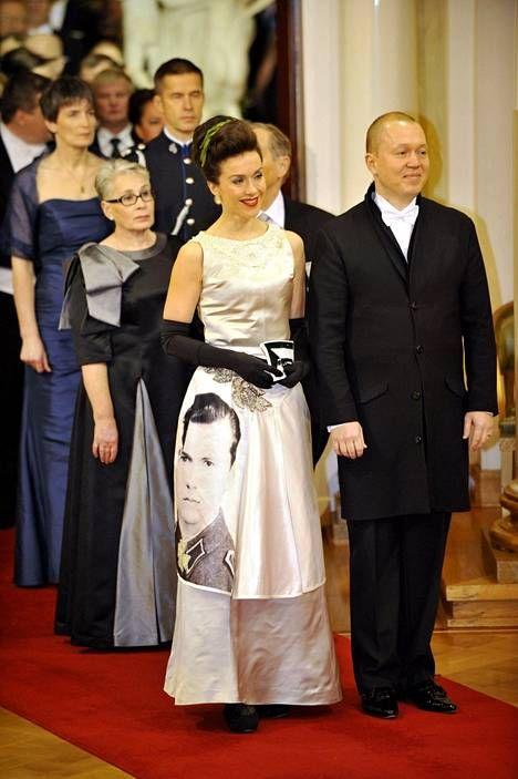 Brändiasiantuntija Lisa Sounio ja aviomies Marko Ahtisaari itsenäisyyspäivän vastaanotolla presidentinlinnassa vuonna 2010. Sounion puvussa oli printattuna hänen isänsä kuva.