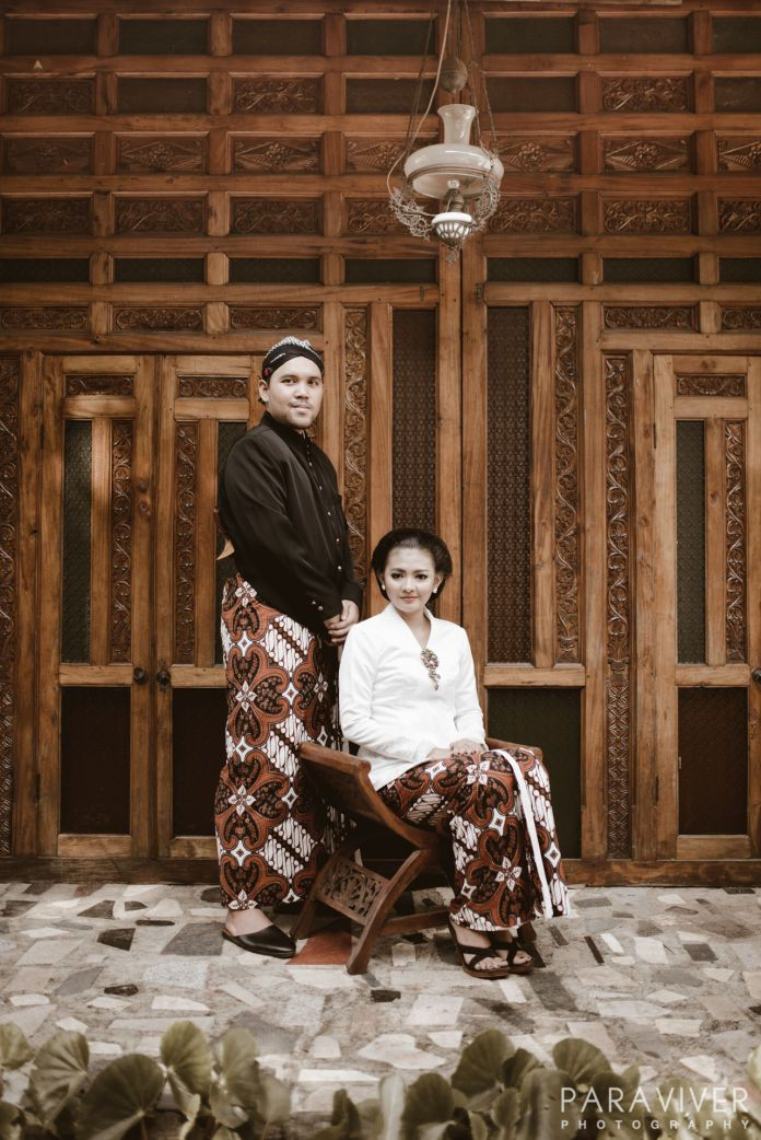 Prewedding with Javanese traditional theme | Prewedding - Cikka & Gendhy by Paraviver Photography | http://www.bridestory.com/paraviver-photography/projects/prewedding-cikka-gendhy