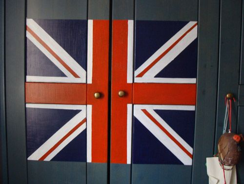 British flag on boy's bedroom wardrobes by elefanteapois.com