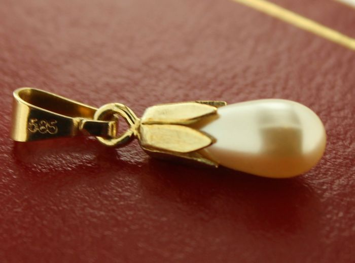Geelgouden parel hanger vervaardigd van 14 karaats goud  Afmeting: 4x8 mm  Mooie geelgouden hanger bezet met een gecultiveerde zoetwaterparel585 gestempeldGoede staatAfmeting 4x8 mmGewicht: 05 gramZie foto's voor eigen impressie ( let op foto's worden gemaakt onder kunstlicht hierdoor kunnen kleuren afwijken tevens worden de foto's vergroot)aangetekende zending  EUR 1.00  Meer informatie