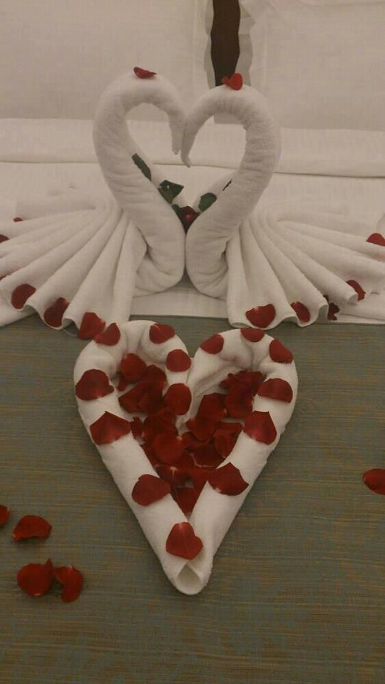 folded towels w/rose pedals