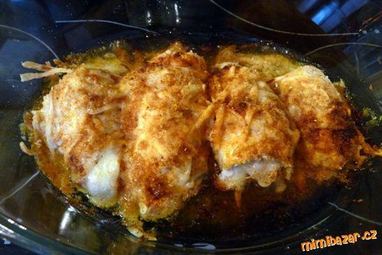 Fantastické kuřecí roládky Kuřecí prsa, sůl, pepř, máslo, olivový olej, citronová šťáva, strouhanka, strouhaný eidam, mletá sladká paprika. Kuřecí prsa osolíme. V jedné misce připravíme směs z rozpuštěného másla a prolis česneku a v druhé strouhanku  s pepřem a nastrouh eidamem. Maso nejprve vymácháme v másle a poté z obou stran ve strouhankové směsi. Zarolujeme a klademe jednu vedle druhé do pekáče. Každou roládku lehce poprášíme paprikou, poklademe máslem a zalejeme citronovou šťávou