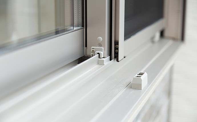 窓のサッシについたカビを手軽に取るワザ 超簡単な予防と対策 Pacoma パコマ 暮らしの冒険webマガジン サッシ 窓 カビ
