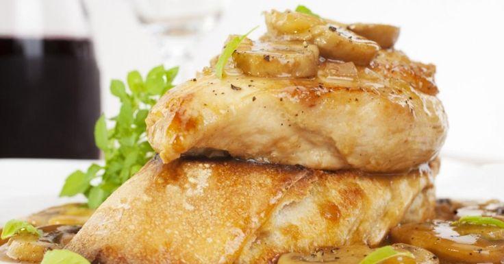 Ce poulet Marsala à la mijoteuse goûte si vous aviez passé des heures dans la cuisine! C'est si bon!