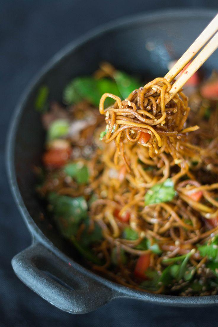 Mie-Nudeln mit Gemüse und Rindfleisch