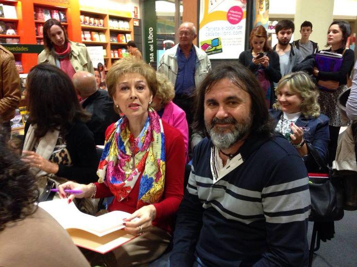 """Mª Rosa Serdio con Aurelio González Ovies na presentación na Casa del Libro Uviéu (Asturies) , del álbum de poesía ilustrada """"Versonajes"""" (edición en castellán) y """"Versonaxes"""" (edición n'asturianu)."""