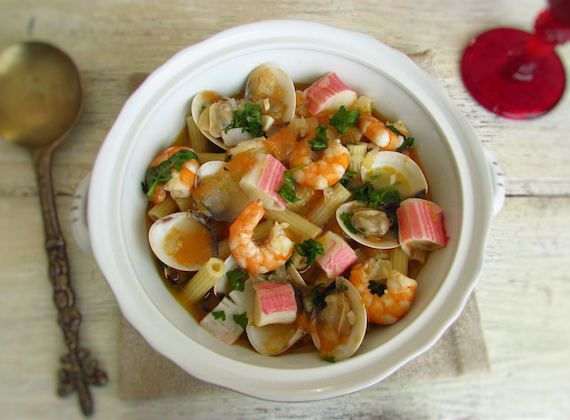 Seafood pasta (Portuguese style) | Food From Portugal. This traditional Portuguese dish of seafood pasta is an excellent choice for a lunch among friends! A delicious mix of flavors that everyone will love... Try it!  http://www.foodfromportugal.com/recipe/seafood-pasta-portuguese-style/