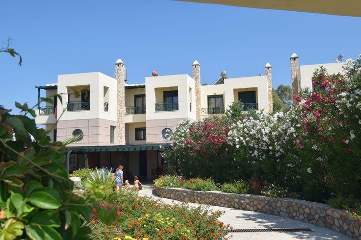 Description: Ruim vakantiehuis direct aan zee en strand Villa Yiannis ligtaan het strand van Kiotari Villa Yannis is echt een heerlijke plek voor een ontspannen strandvakantie. Je hoeft alleen maar de tuin uit te lopen het rustige weggetje over te stekenen je staat op het strand van Kiotari. Voor de vroege vogels is een verfrissende ochtendduik het ideale begin van de dag. Maar ook het na-middagzonnetje is niet te versmaden. Ruim vakantiehuis met 3 slaapkamers De geschakelde Villa Yannis…