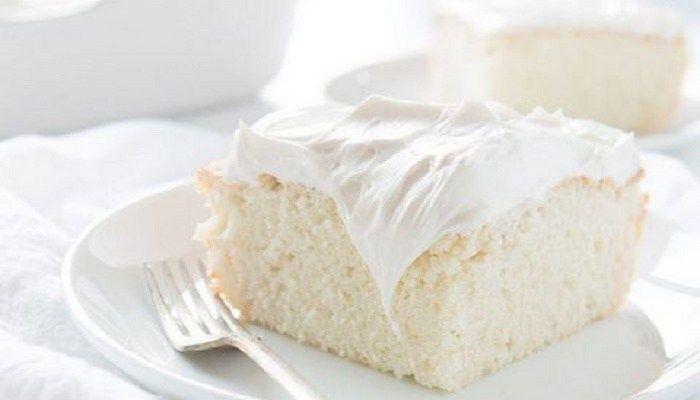 Συγγραφέας: Fumara.grΤο κέικ αυτό κι εγώ έχουμε …ένα παρελθόν. Εδώ και πολύ καιρό έβλεπα τις συνταγές για το περίφημο «κέικ των αγγέλων» που μου «έκλειναν το μάτι» καλώντας με σαν άλλες σειρήνες να το φτιάξω. Βέβαια, ποτέ δεν κατάφερνα να το φτιάξω, συνήθως γιατί σκεφτόμουν ότι πρέπει να κάνω μπισκότα τους κρόκους και δεν προλάβαινα μια […]The post Το «κέικ των αγγέλων»: Το λευκό βελούδινο κέικ που λιώνει στο στόμα appeared first on Fumara.gr.