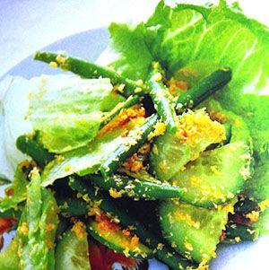 Gerecht printenHeerlijke Indonesische salade met kokos! Dit groentegerecht is voor 4 personen en heeft een bereidingstijd van ca. 25 minuten. Ingrediënten Indonesische salade 2 teentjes knoflook, geperst 1/2 theelepel trassi 1 eetlepel sambal badjak 2 theelepels kentjoer 3 eetlepels suiker 1/4 theelepel zout 50 gram gemalen kokos 75ml kokosmelk 1/2 kopje ijsbergsla 100 gram sperziebonen …