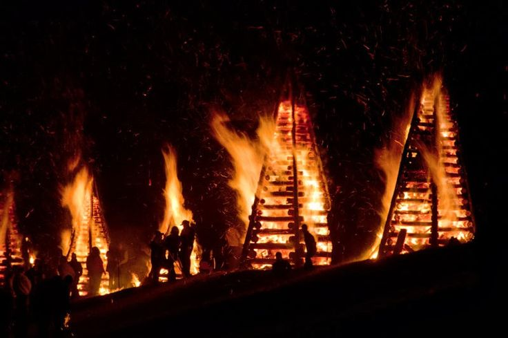 The bonfires are lit at 7 P.M. on Christmas Eve so that Papa Noel can find his way to all of the houses in Louisiana throughout the night.