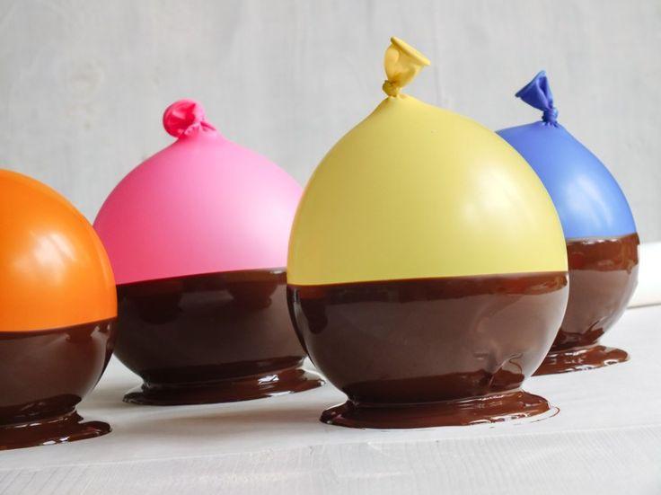 Na čokoládové misky balonky nafoukněte do velikosti menšího grepu a pevně zauzlujte. Čokoládu rozpusťte nad vodní lázní. Na pečicí papír vytvořte kolečka o průměru 8 cm, jež vytvoří miskám pevná dna. Podrobný návod na našem blogu.