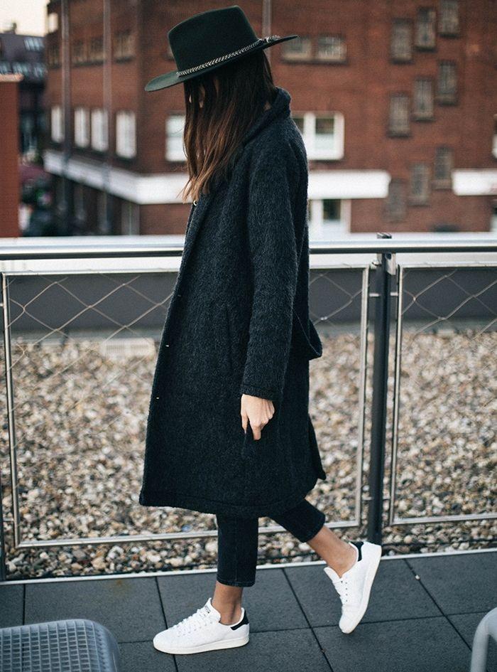 tenue avec stan smith, chapeau noir, manteau long, cheveux marron