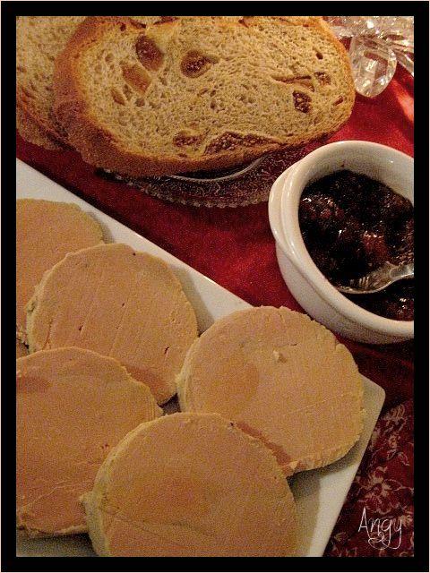 c'est super simple à faire et quel plaisir de le déguster par la suite ! Acheter un foie gras cru tout déveiné (chez Leclerc), le mettre à mariner 24 h avec des épices sel poivre et 5 baies 1 cc de sucre roux un bouchon de cognac versé de chaque coté...