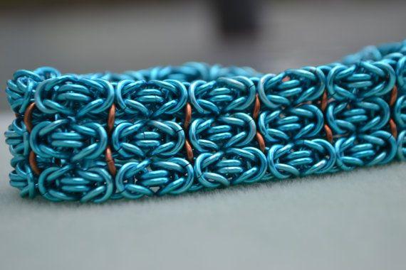 Deze chainmaille armband gemaakt met het Byzantijnse weefsel. Drie stroken van het weefsel zijn verbonden samen met koperen ringen om de armband te verbreden. Het is gemaakt met blauw/teal geanodiseerd aluminium en koperen ringen als connector. De gesp is een set van drie magneten die gemakkelijk te sluiten, en zal er niet uit elkaar komen gemakkelijk. De armband is 7 1/2 inch lange. Armbanden kunnen langer of korter op verzoek worden gemaakt. Hieronder is een link om te zien mee...
