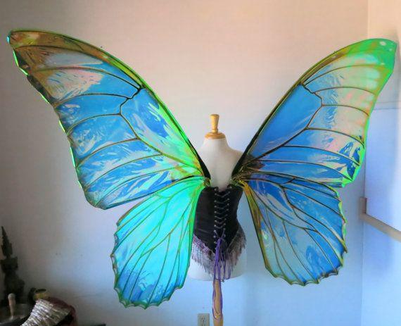 Le Morpho bleu est un favori parmi les amants papillons pour son irisé et métallisé à la recherche des ailes bleues. Cette première série dailes a été commandée par un photographe, mais comme dhabitude que jai toujours besoin de couper un jeu supplémentaire à chaque fois, jai donc un ensemble de poudre frames revêtement en noir pour être transformés en ailes finis. Jai recréé le modèle daile de morpho bleu pour répliquer à ceux que vous trouvez dans la nature comme les meilleures que jai pu…