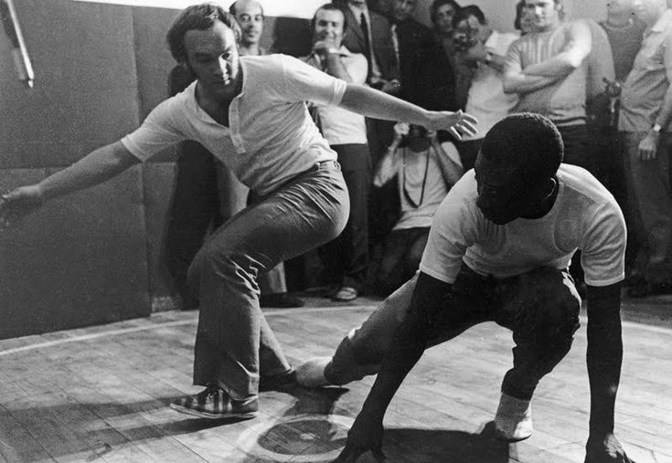 Did you know that 'Pele' not only played football but also played Capoeira. In this picture from 1970 he is playing with Zézinho in BRAGANÇA PAULISTA (Brazil).     ZÉZINHO JOGANDO CAPOEIRA COM O REI PELÉ 1970 BRAGANÇA PAULISTA