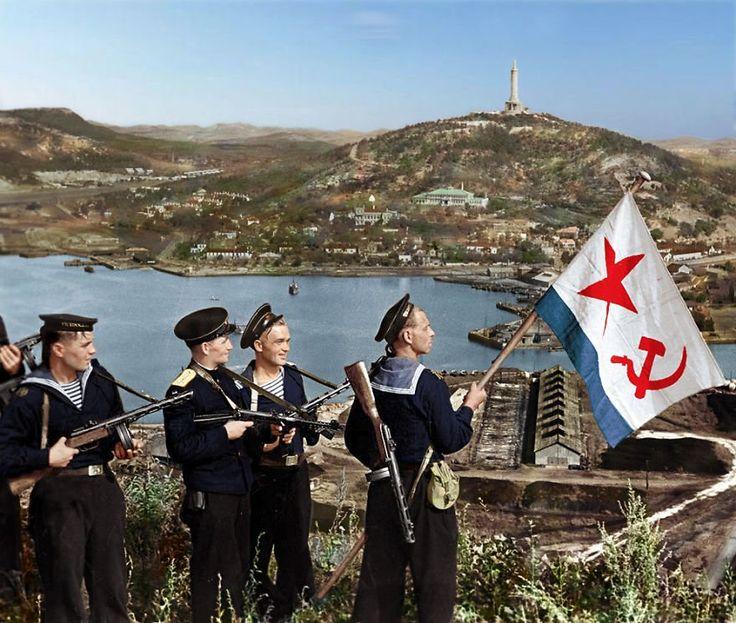 Советские моряки поднимают военно-морской флаг над Порт-Артуром, 1945 г.