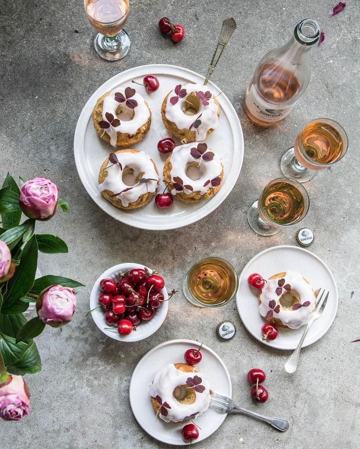 Just one more image of these delicious rhubarb cakes with rhubarb glade and wood sorrels that I made of rhubarb from my own garden for a client. The weather is so springish in Denmark with 20C so it's perfect with garherings outside in the sun. Have a lovely Sunday dear dudes! #somersbydk #cakes #spring #rosé #vine #foodandwine #feedfeed #beautifulcuisines #f52grams #morningslikethese #peonies #flower #blossom #yahoofood #cherry #buzzfeast