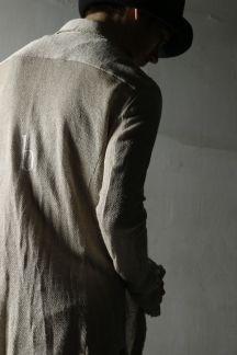 カラミ織り LINEN100%のシャツです。目が粗く通気性が良いためこれからの時期に最適です。製品洗い加工済みで程よいラフさをお楽しみいただけます。