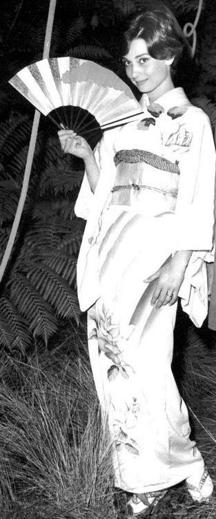 絹の着物を着たオードリーヘップバーン。1950年代について