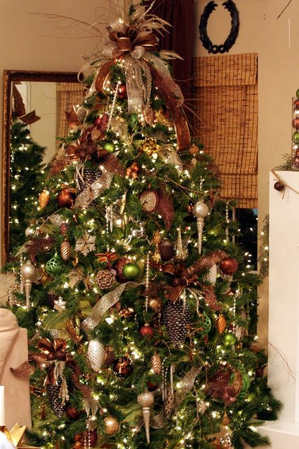 A beautiful tree utilizing bronzes and browns. I would never think to use those colors and it would be my loss!