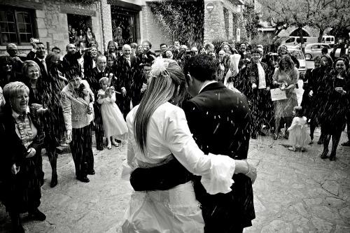 Er is een enorme markt in trouwkaarten en je kan dan ook alle kanten op met de uitnodiging voor jullie huwelijk. Maar wat als je iets heel anders wilt dan een kaartje?