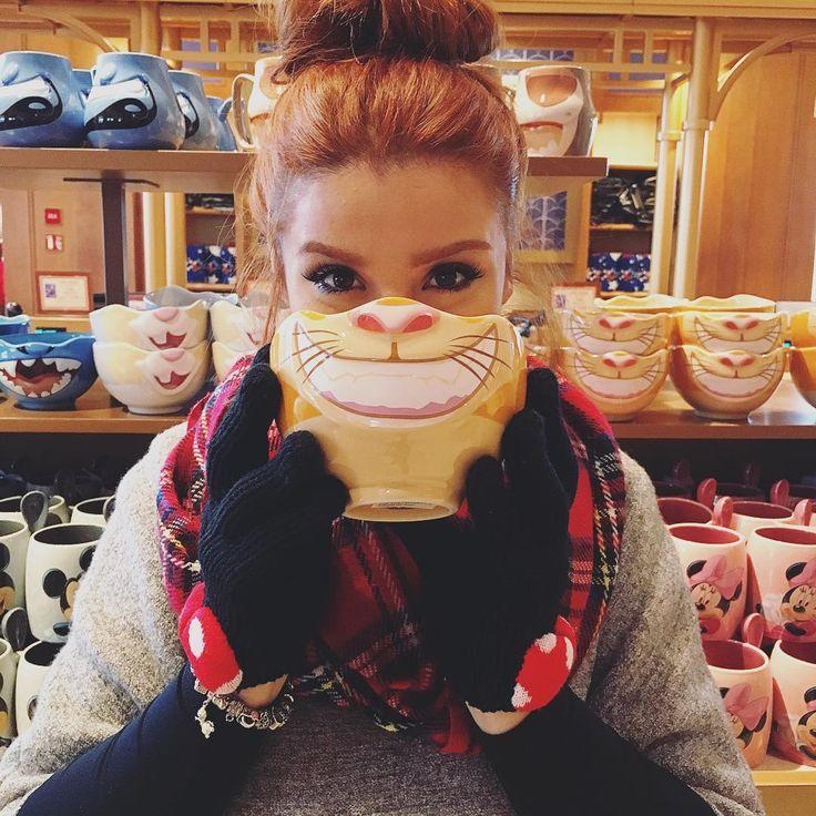 """""""Foto engraçadinha da Disney Paris só pra avisar que cheguei bem no Brasil! Na minha terrinha linda! ❤️ Eu amo demais viajar e conhecer novos mundos, mas…"""""""