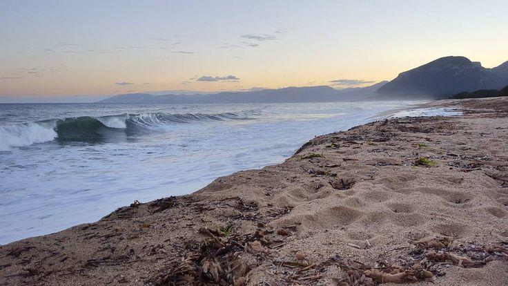 """""""Perché non cè niente di più bello del modo in cui tutte le volte il mare cerca di baciare la spiaggia non importa quante volte viene mandato via"""". {Cit.}"""