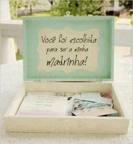 dentro são bilhetinhos e fotos com a madrinha escolhida...para que ela guarde de recordação os momentos que passou ao lado da noiva!!