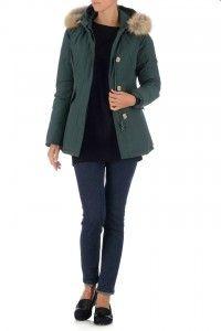 Mooie, groene damesjas van Airforce. De jas heeft een ritssluiting met verborgen knoopsluiting en heeft twee steekzakken. Klik hier voor meer informatie.