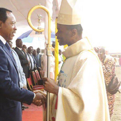 L?évêque auxiliaire ordonné samedi dernier, en présence du représentant personnel du chef de l?Etat, Emmanuel Nganou Djoumessi.   Lorsque le
