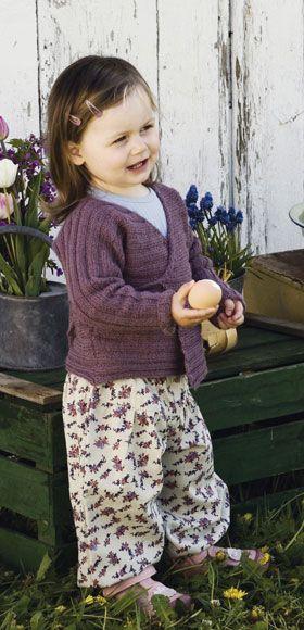 Den nemme slå om-trøje strikkes ud i et fra ærme til ærme