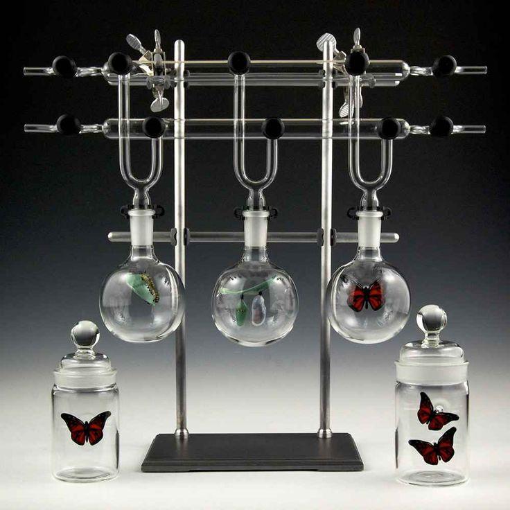 Kiva Ford che crea complesse matrioske di sculture di vetro Kiva Ford è uno scultore americano che ha scelto di usare un materiale insolito. Kiva Ford, infatti, si serve del vetro. Ma non si limita a fare brocche e bicchieri, riesce invece nel difficile compi #arte #scultura #design #vetro
