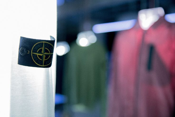 Stone Island celebrates the opening of the HBX Pop-Up Store in Hong Kong unveiling two special colourways of the brand's iconic jackets – Nylon Metal Flock and Garment Dyed Crinkle Reps Nylon in Deco Rose and Capulet Olive, along with an exclusive brand logo Tee in 3M graphics. The installation is featuring 10 customised illuminated acrylic busts that hang the garments, in-between a mirror ceiling and mirror cladded base, to create an infinitive visual effect.  HBX POP-UP STORE Shop B30…