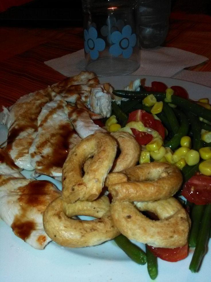 Petto+di+pollo+grigliato+con+taralli+(alla+pizza)+ed+insalata+di+fagiolini,+mais+e+pomodorini+home-made