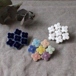 ご覧いただき、ありがとうございます。 ぷっくり つやつや。。 まあるいお花がリズミカルに並んでいます。 自然体で、リラックス感があって、 心がうきうきする様な... 少しいびつな形の紫陽花が味わい深く、 優しく愛らしい帯留め。 浴衣や着物に、存在感抜群のお品物です。 ※帯紐は幅14mm×高さ5mmまでのものをご使用下さい。【素材】磁器 施釉 アクリルパール プラ板 【ご注意】釉(うわぐすり)の少々のむらや欠けはご了承くださいませ。 【サイズ】約5cm×4cm(個々で誤差があります) 【金具素材】帯留めピン:真鍮×シルバーメッキ…