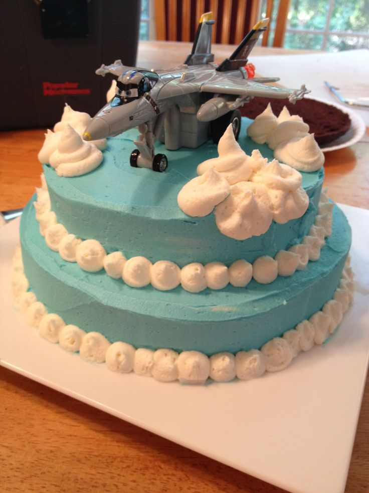 Airplane cake for boy 39 s birthday with clouds and planes for Airplane cake decoration