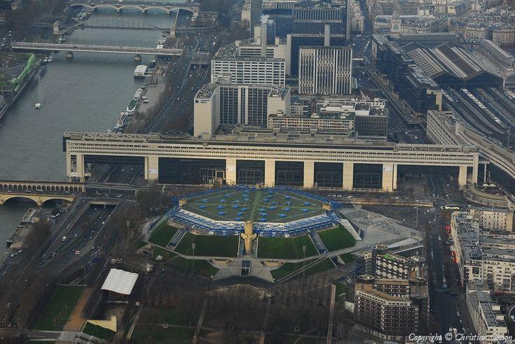 Le ministère de l'Économie et des Finances , dans le 12e arrondissement de Paris. Au premier plan le Palais omnisport de Bercy sera rebaptisé Accorhotels Arena